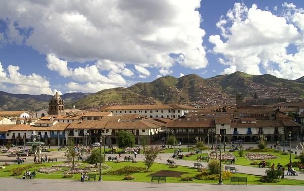 Jika alun-alun kota lain identik dengan bangunan tinggi, hiasan jalanan atau kepadatan wilayahnya, Plaza de Armas punya halaman berumput dengan lapangan yang luas. (iStock)