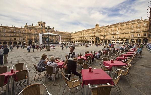 Alun-alun utama Salamanca terasa seperti karya seni tunggal, bukan kumpulan bangunan mengesankan yang disatukan. Dulunya digunakan untuk adu banteng, Plaza Mayor dikelilingi oleh bangunan batu pasir abad ke-18. (iStock)