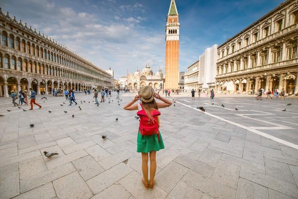 Piazza San Marco di Venesia adalah alun-alun kota paling terkenal sebagai tempat turis datang untuk disengat karena kopi yang sangat mahal. Di sini terlihat Basilika St Mark mendominasi ujung timur, tapi bisa dibilang ratusan jendela melengkung di Procuratie Vecchie dan Procuratie Nuove yang memberikan struktur dan kemegahan. (iStock)