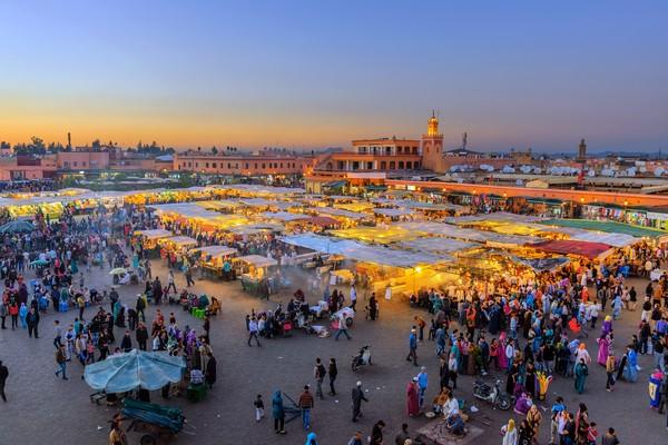 Alun-alun Djemaa El Fna Square berada di Marrakesh, salah satu kota ramai wisatawan di Maroko. Kamu akan melihat asap mengepul dari warung makan, jus jeruk segar dihancurkan, dan penawar mencoba meminta bayaran untuk berfoto dengan ular mereka. Seperti pasar yang semuanya serba ada! (iStock)