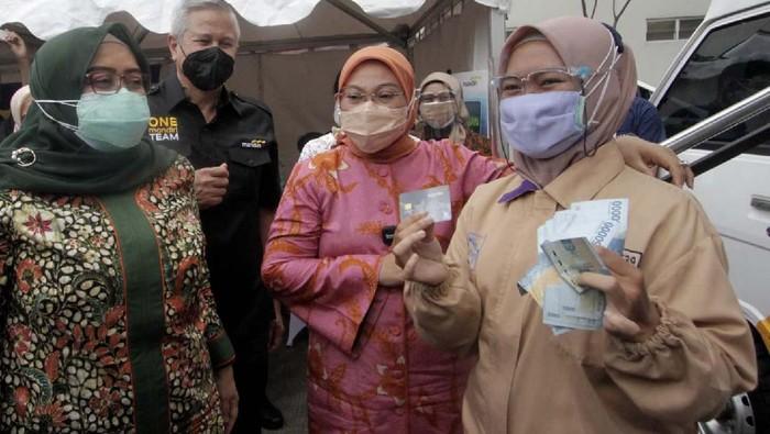 Bantuan Subsidi Upah (BSU) untuk para pekerja mulai dicairkan. Salah satunya dilakukan di halaman PT Perusahaan Industri Ceres, Bandung.