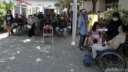 Siswa/i berkebutuhan khusus mengikuti vaksinasi massal di Sekolah Luar Biasa (SLB) Negeri 1, Bantul, Ngestiharjo, Kasihan, Yogyakarta. Begini Ekspresinya.