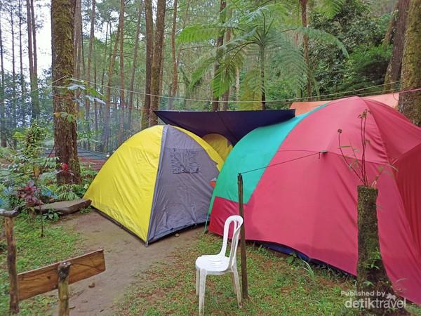 Deretan tenda para petualang Curug Batu Gede Cisuren.