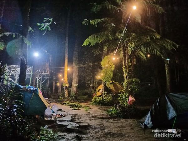 Susana malam di camping ground Curug Batu Gede Cisuren.