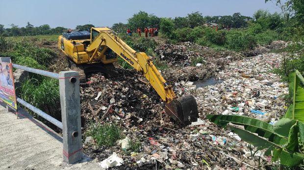 Eskavator angkut sampah di Kali Busa, Tambun Utara, Kabupaten Bekasi, Jawa Barat.