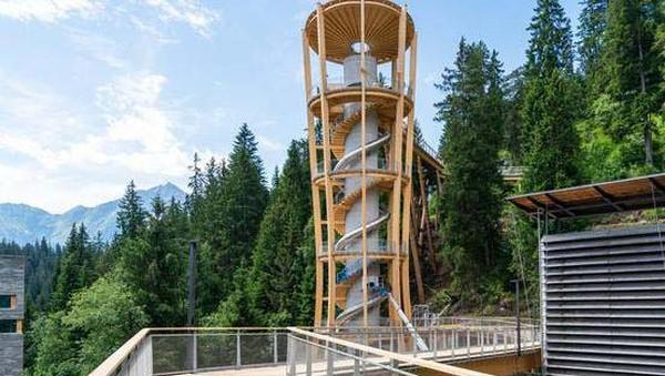 Jika belum puas berjalan di jalan setapak, traveler bisa main perosoyoan spiral yang dibangun di Menara Murschetg. (FilmLaax)
