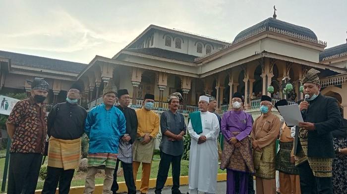 Kelompok Melayu di Medan Saat Konferensi Pers di Istana Maimun