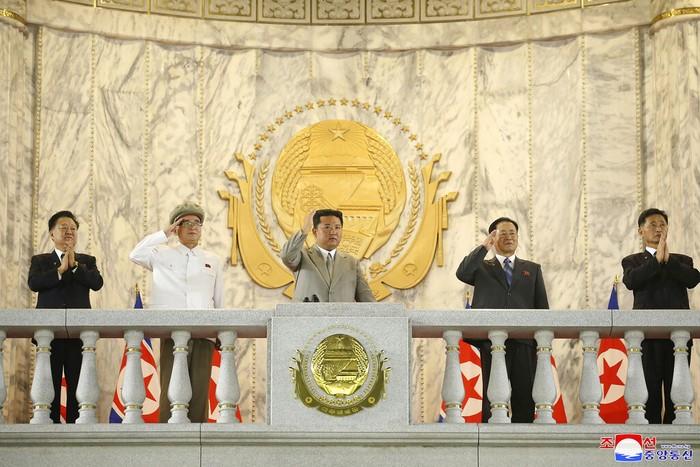 Kemunculan pemimpin Korea Utara, Kim Jong-Un, dalam parade militer baru-baru ini jadi sorotan. Ia tampak lebih kurus dibanding bertahun-tahun sebelumnya.