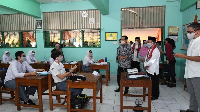 Nadiem Makarim tinjau sekolah tatap muka (PTM) terbatas di Jakarta Timur