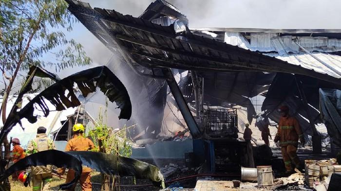Pabrik karung di Depok kebakaran, Jumat (10/9/2021) siang.