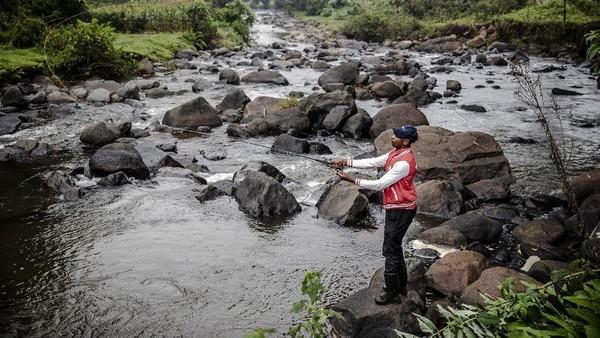 Di sebagian besar negara, memancing adalah hobi yang dianggap biasa saja. Namun di Kenya, memancing dianggap sebagai hobi yang terlalu kulit putih, aneh dan bahkan dipandang sebagai hobi sisa-sisa penjajahan kolonial. (Luis Tato/AFP)