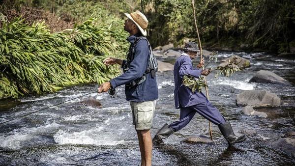 Warga Kenya masih menganggap memancing adalah hobi yang aneh. Apalagi setelah ikan tertangkap, ikan itu akan dilepas oleh pemancing. Hal itu dianggap gila oleh warga Kenya yang masih berpikir kalau tujuan memancing ialah untuk mendapatkan makanan. (Luis Tato/AFP)