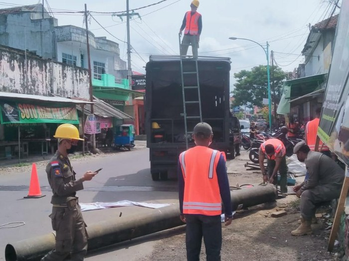 Satpol PP di Banyuwangi dilaporkan menjual besi baliho. Dugaan itu muncul setelah Satpol PP tersebut membongkar baliho Puan Maharani.