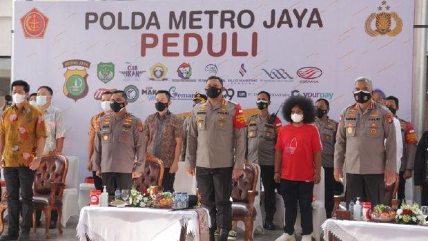Polda Metro bagikan 70.000 kaleng ikan olahan ke warga terdampak COVID-19