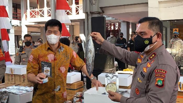 Polda Metro salurkan 70.000 kaleng ikan olahan ke warga terdampak COVID, Jumat (10/9/2021).