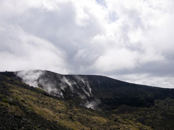 Di bagian puncak gunungnya berbentuk kerucut atau kawah. Asap belerang masih mengudara hingga sekarang. Di sanalah paling sering jadi lokasi bunuh diri! (Getty Images/iStockphoto)
