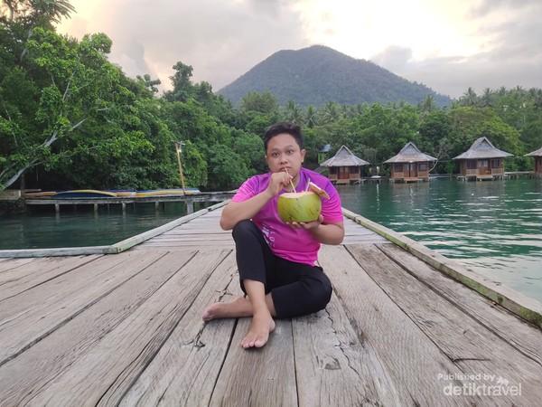Menikmati Es Kelapa Muda di Dermaga Kayu