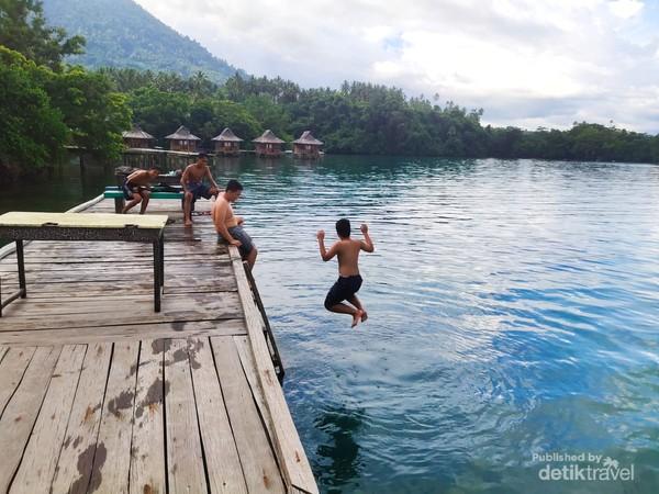 Beberapa Anak Kampung sedang Mandi dan Berenang