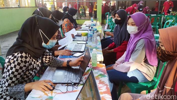 Ratusan pelajar SMP N 1 Blora antusias mengikuti vaksinasi di sekolahnya. Mereka pun berharap agar bisa segera kembali menjalani pembelajaran tatap muka.