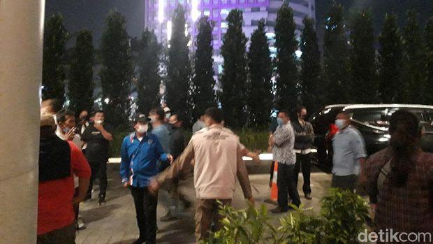 Sejumlah massa mengaku kader Partai Demokrat kubu AHY menggeruduk perayaan HUT Partai Demokrat kubu Moeldoko di hotel di Tangerang. Mereka lalu dibubarkan. (Rakha AD/detikcom)