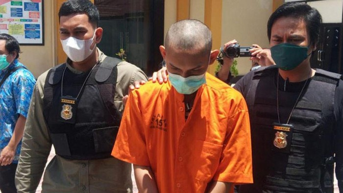 Seorang remaja di Kalteng ditangkap karena diduga membuat sertifikat vaksin Corona palsu. Mahasiswa diduga pengguna sertifikat palsu tersebut ikut ditangkap. (ANTARA/Adi Wibowo)