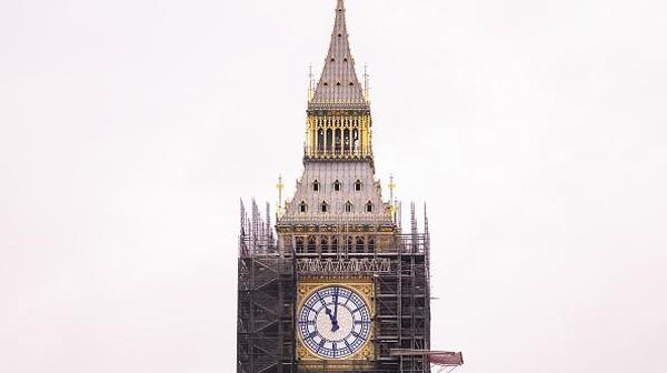 Hal itu ditandai dengan kembalinya jarum jam menara Big Ben yang terkenal dan kini warna jarum jam itu telah dikembalikan ke warna aslinya yakni biru Prusia. Selama mengerjakan pemugaran Menara Elizabeth setinggi 96 meter itu, para ahli restorasi menemukan bahwa jarum jam aslinya dicat biru, bukan hitam.