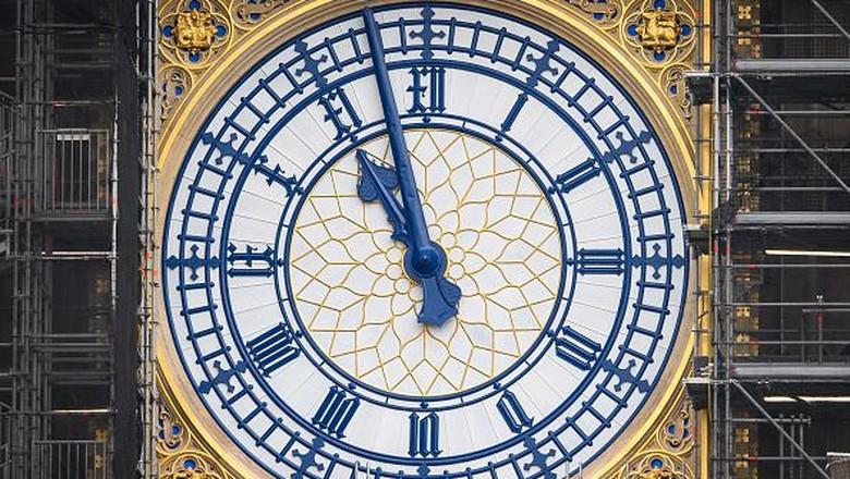 Pemugaran menara jam Big Ben di Inggris hampir rampung. Warna jarum jam Big Ben pun dikembalikan ke warna aslinya yakni biru Prusia. Ini penampakannya.