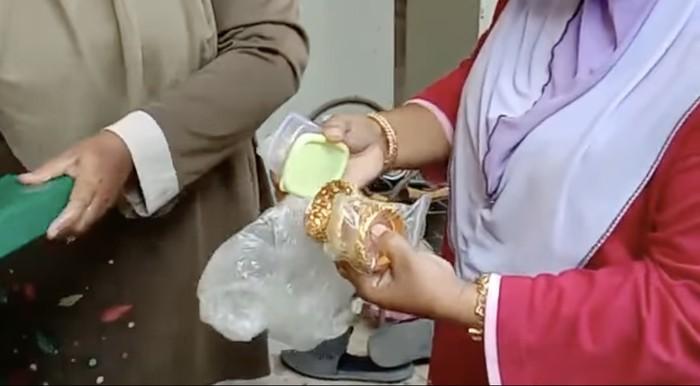 Tak Sengaja Buang Emas Rp 240 Juta, Emak-emak Ini Rela Bongkar Sampah Makanan