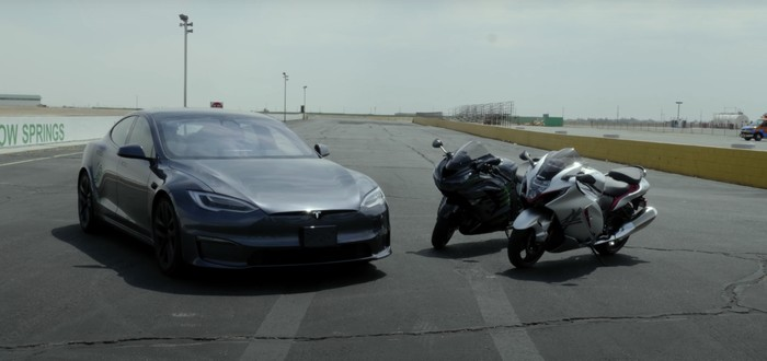 Tesla Model S Plaid vs Suzuki Hayabusa and Kawasaki ZX-14R