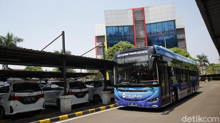 Bus listrik Transjakarta mulai melakukan uji coba di Jakarta, Jumat (10/9). Pemerintah Provinsi DKI Jakarta menargetkan pada tahun 2025 penggunaan 5.000 bus listrik Transjakarta untuk mengurangi polusi udara.