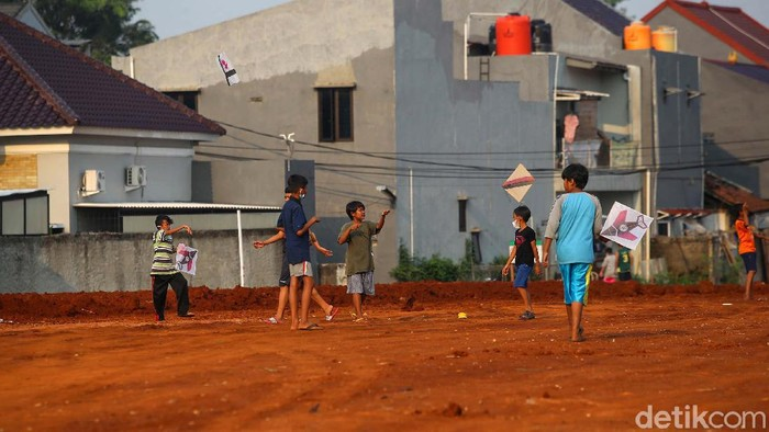 Proyek Tol Cijago Seksi 3 tengah berlangsung pengerjaannya. Warga memanfaatkan lahan proyek yang masih tanah merah di Tanah Baru, Depok, sebagai tempat bermain.