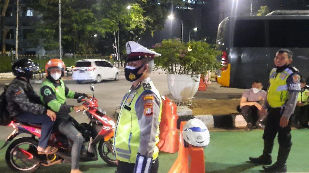 Saat Polisi Tilang Pemotor yang Bandel Langgar Crowd Free Night