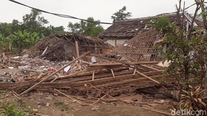 Ledakan keras menghancurkan dua rumah dan menewaskan dua orang di Kabupaten Pasuruan. Polisi menduga, sumber ledakan yakni bondet atau bom ikan.