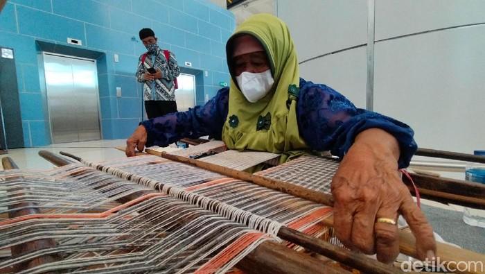 Saat ini perajin Tenun Gadod diketahui hanya ada satu orang di Jawa Barat yakni Emak Maya (80). Hal ini membuat kain khas Majalengka ini terancam punah.
