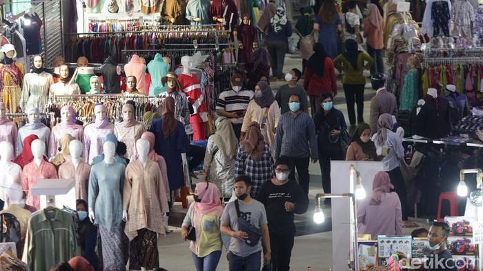 Masih di masa PPKM Level 3, suasana jual beli di Pasar Tanah Abang, Jakarta, terlihat cukup ramai. Ini foto-foto terkininya!