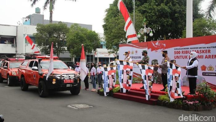 Panglima TNI Marsekal TNI Hadi Tjahjanto bersama Kapolri Jenderal Pol Listyo Sigit Prabowo, dan Forkopimda Jatim meluncurkan gerakan mobil masker di Malang. Mobil masker itu untuk Malang Raya.