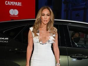 Most Popular: Gaya Seksi Jennifer Lopez Saat Mesra dengan Ben Affleck