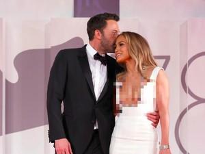 Perdana, Jennifer Lopez & Ben Affleck Umbar Peluk & Cium di Karpet Merah