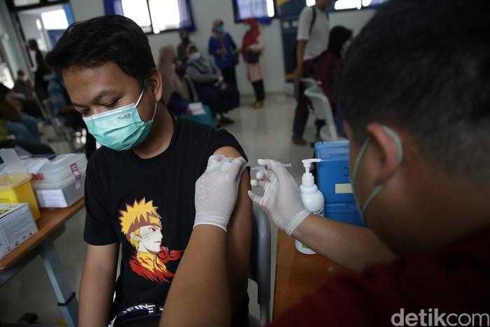 Trans 7 menyiapkan 600 dosis vaksin Sinovac untuk warga di kawasan Kembangan, Jakarta Barat. Proses vaksin dilakukan di SMPN 219.