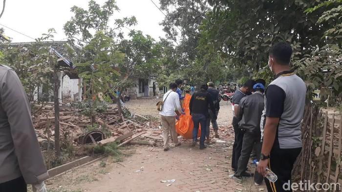 Ledakan keras menghancurkan dua rumah di Dusun Macan Putih, Desa Pekangkungan, Kacamatan Gondangwetan, Kabupaten Pasuruan. Dua orang tewas dalam peritiwa ini.