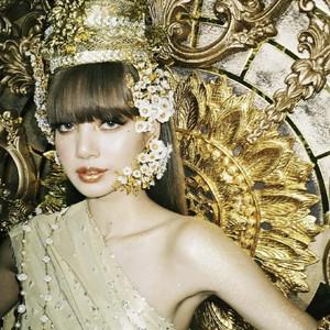 8 Potret Lisa BLACKPINK Kenakan Pakaian Tradisional Thailand, Cantik Bak Ratu