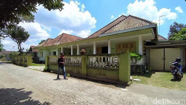 Rumah yang berada di Dusun Manggoran, Desa Bondowoso, Kecamatan Mertoyudan, Kabupaten Magelang, Jawa Tengah, ini dikenal dengan Loji Manggoran. Bangunan ini pernah menjadi kantor sekretariat sementara Pemerintah Kabupaten Magelang di masa Agresi Militer II 1948-1949.