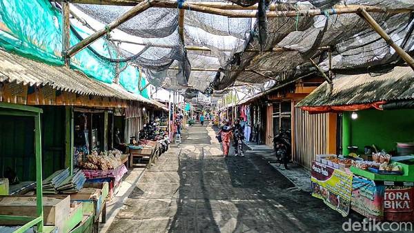 Sebagian dari wisatawan yang sampai di Pantai Glagah dan mendapati warung-warung tutup menjadi terenyuh. Artinya, pemilik dan pekerja warung-warung itu tidak menapatkan penghasilan selama sekitar 1,5 tahun.(Jalu Rahman Dewantara/detikcom)