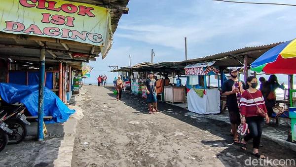 Di pantai ini terdapat kawasan gumuk pasir dengan rumput grinting dan laguna Glagah yang sangat luas terhampar untuk aktivitas perahu wisata, olah raga kano.(Jalu Rahman Dewantara/detikcom)