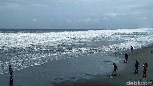Pantai Glagah merupakan pantai indah dengan hamparan pasir hitam yang luas sekaligus berlaguna.(Jalu Rahman Dewantara/detikcom)
