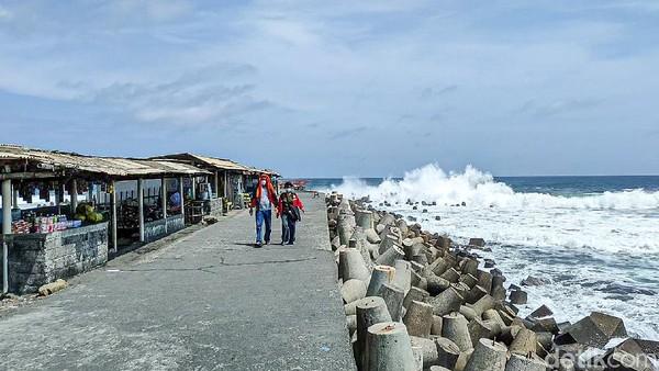 Wisatawan memilih untuk berfoto di pemecah ombak atau di bibir Pantai Glagah. (Jalu Rahman Dewantara/detikcom)
