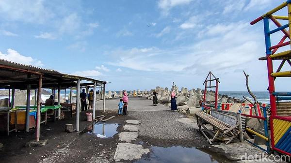 Warung makan dan suvenir di Pantai Glagah juga masih tutup.(Jalu Rahman Dewantara/detikcom)