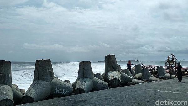 Kendati tutup, tetapi wisatawan sudah mendatangi Pantai Glagah. Mereka menerobos lewat jalur alternatif, melewati Pantai Congot.(Jalu Rahman Dewantara/detikcom)