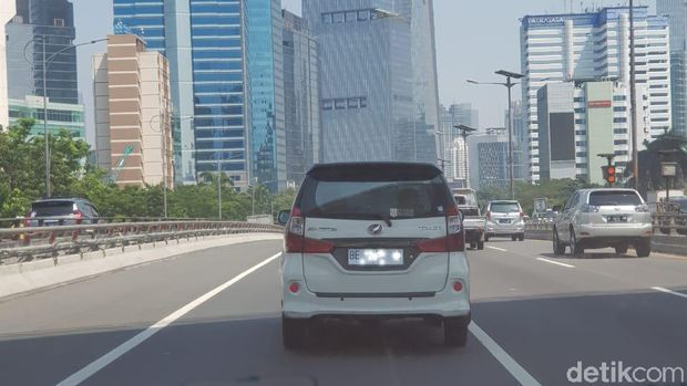 Pelat nomor kendaraan warna putih di Jakarta