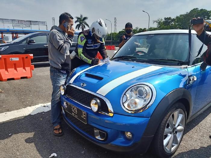 Polisi Tilang Mobil Nomor Palsu di Puncak Bogor